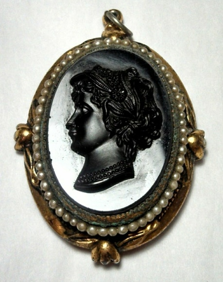 Vintage Jewelry - Victorian Locket cameo Pendent 40s does revival